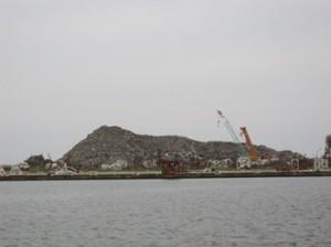 海から見た瓦礫の山