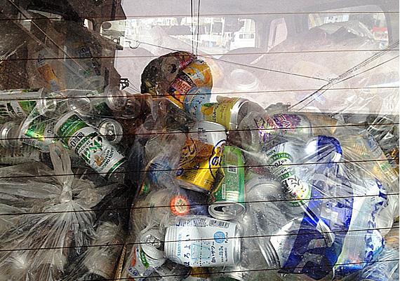 車にアルミ缶が詰め込んであります